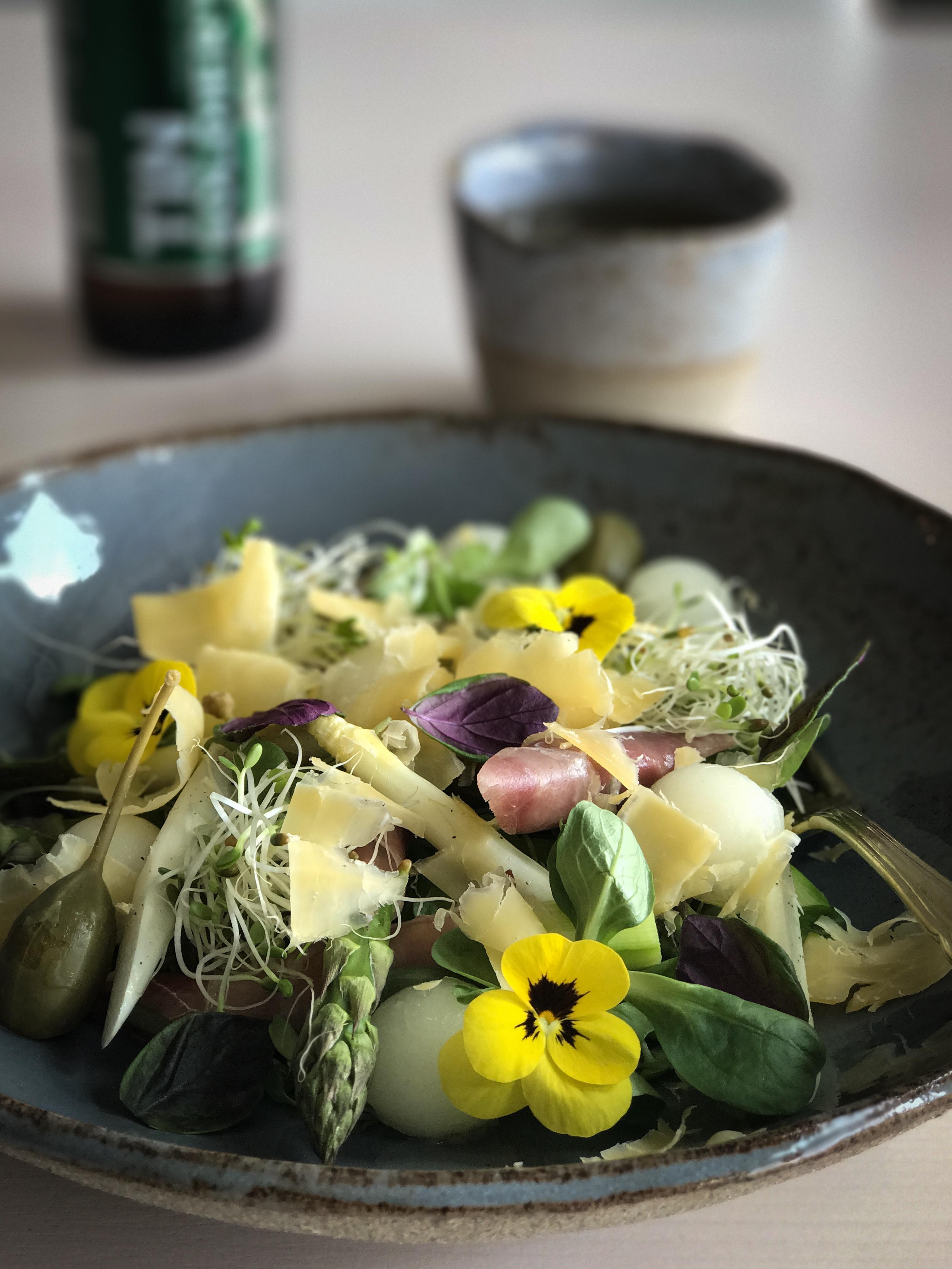 Raikas täyteläinen parsasalaatti