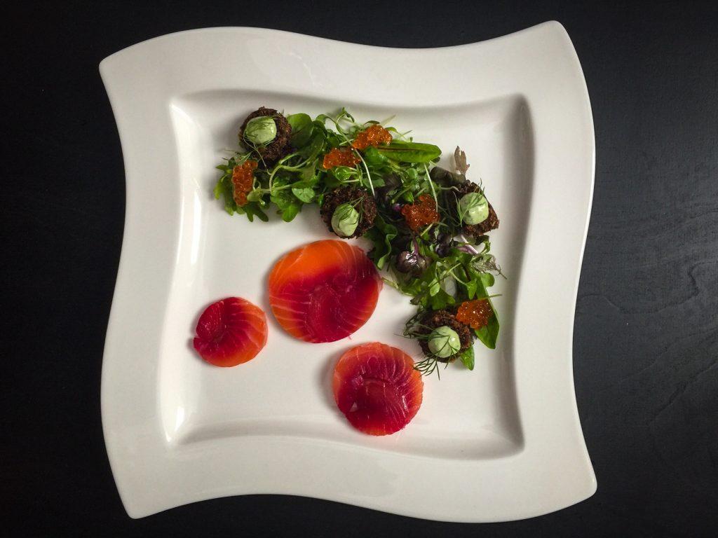 Näyttävä punajuurigraavattu lohi joulupöytään